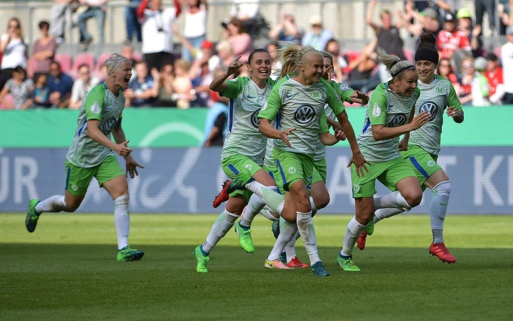 Die Frauen der Wolfsburger nach dem Pokalsieg gegen die Bayern.