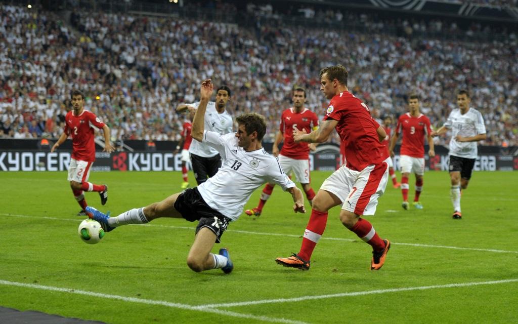 Thomas Müller bei einer Grätsche im WM-Quali-Spiel Deutschland - Österreich 2013.