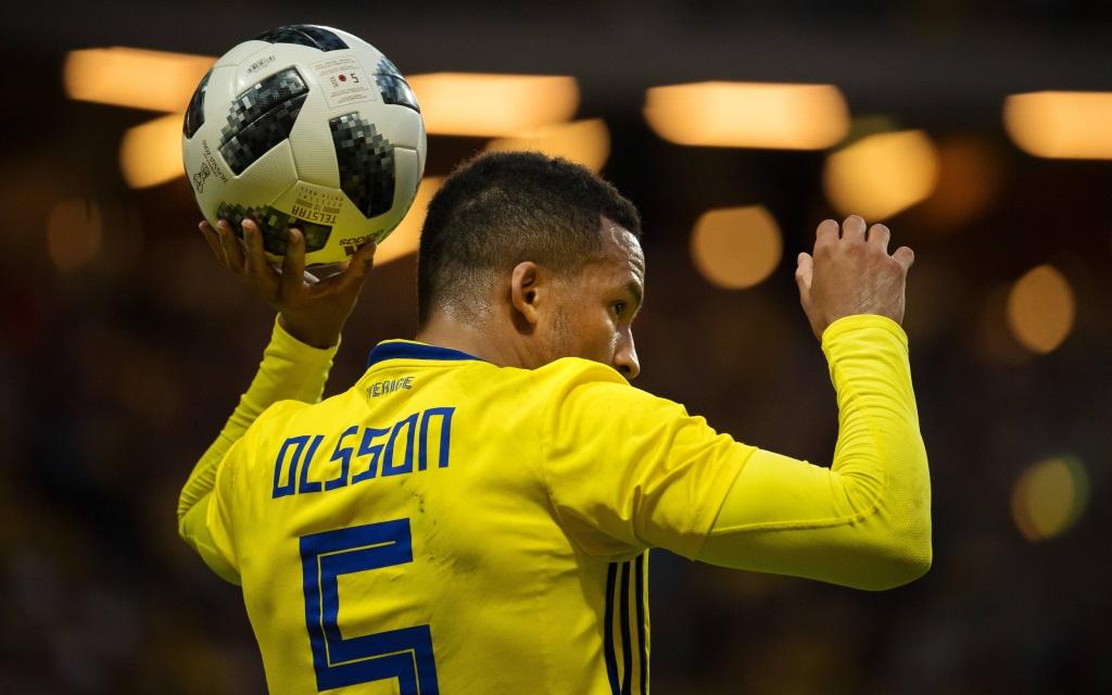 Martin Olsson vor einem Einwurf im Spiel Schweden - Dänemark.