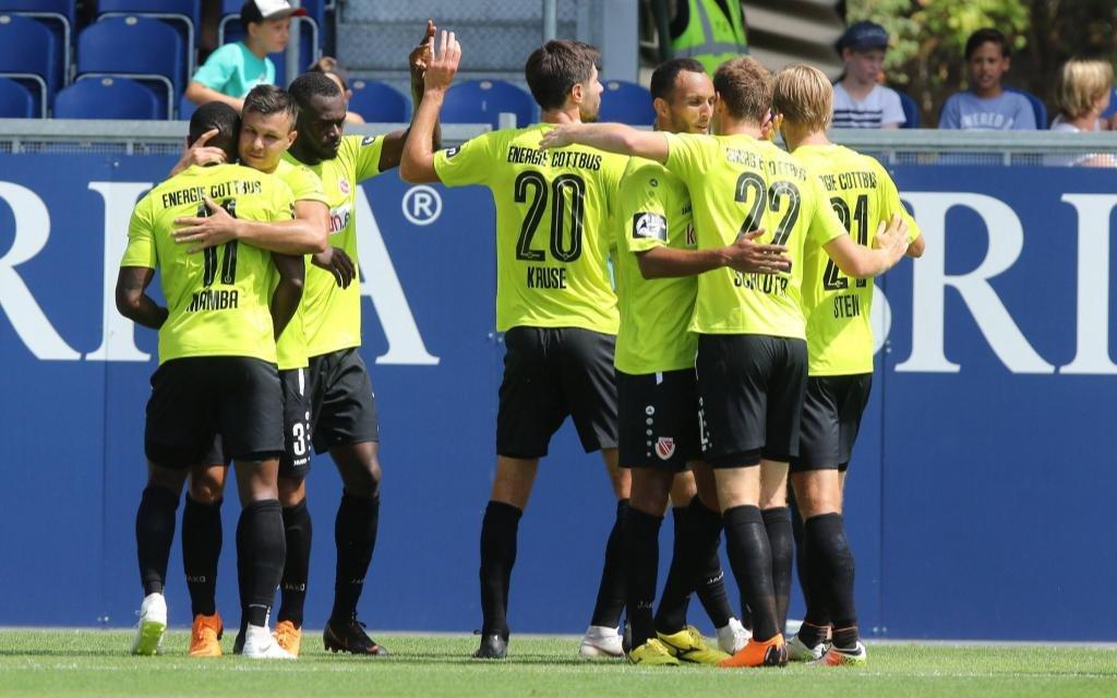 Energie Cottbus bejubelt das Führungstor gegen Wehen Wiesbaden Saison 2018/19.