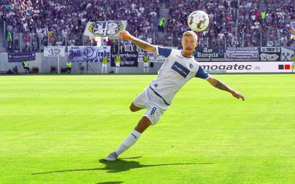 Philip Türpitz beim Torschuss im Spiel Erzgebirge Aue - 1. FC Magdeburg Saison 2018/19