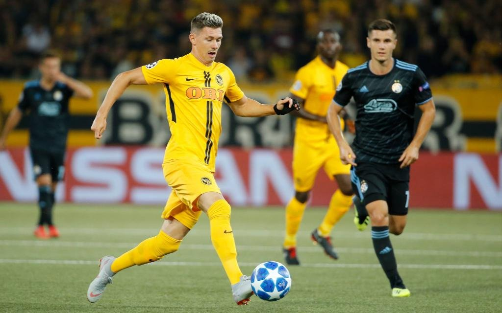 Christian Fassnacht führt den Ball im Playoff-Hinspiel zwischen den Young Boys und Dinamo Zagreb.