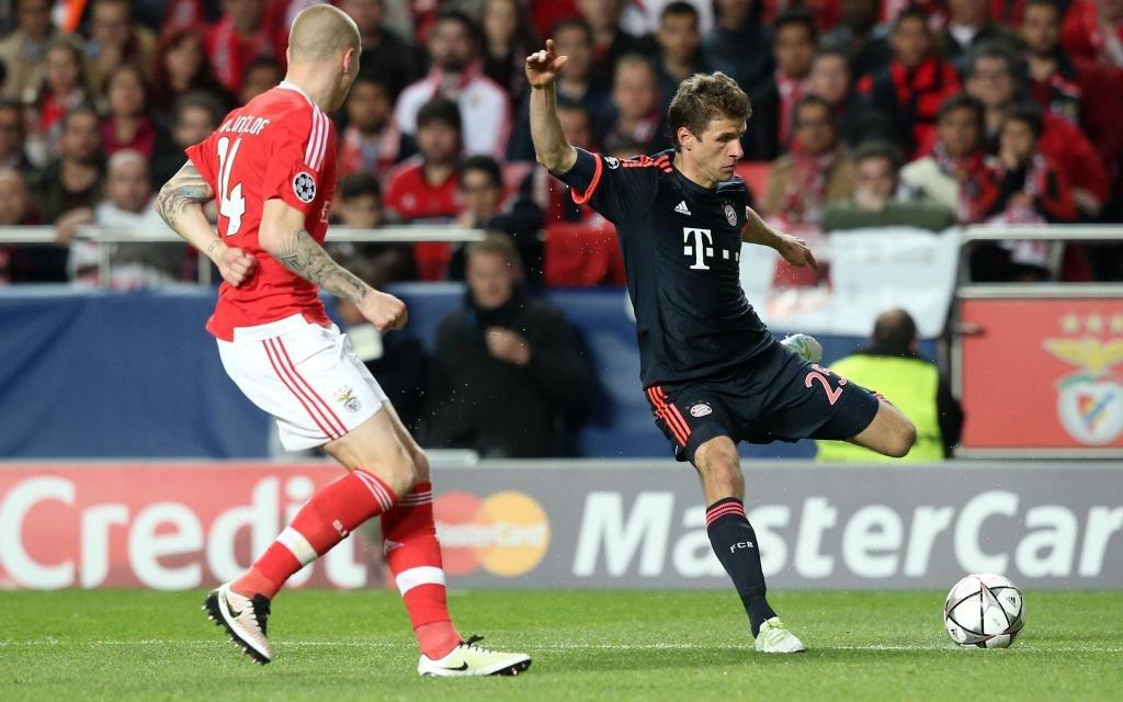 Thomas Müller gegen Viktor Lindelöf im Spiel Benfica - FC Bayern Saison 2016/17.