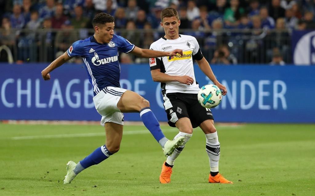 Franco di Santo im Laufduell mit Thorgan Hazard im Ligaspiel FC Schalke - Borussia Mönchengladbach.