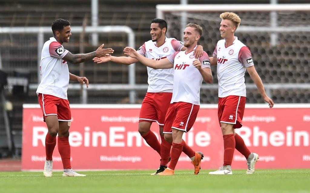 Fortuna Köln bejubelt ein Tor von Robin Scheu gegen Carl Zeiss Jena.
