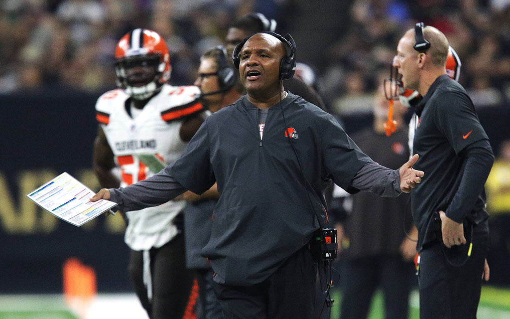 Browns-Trainer Jackson fassungslos nach dem missglückten Kick seiner Mannschaft und der knappen Niederlage bei den Saints