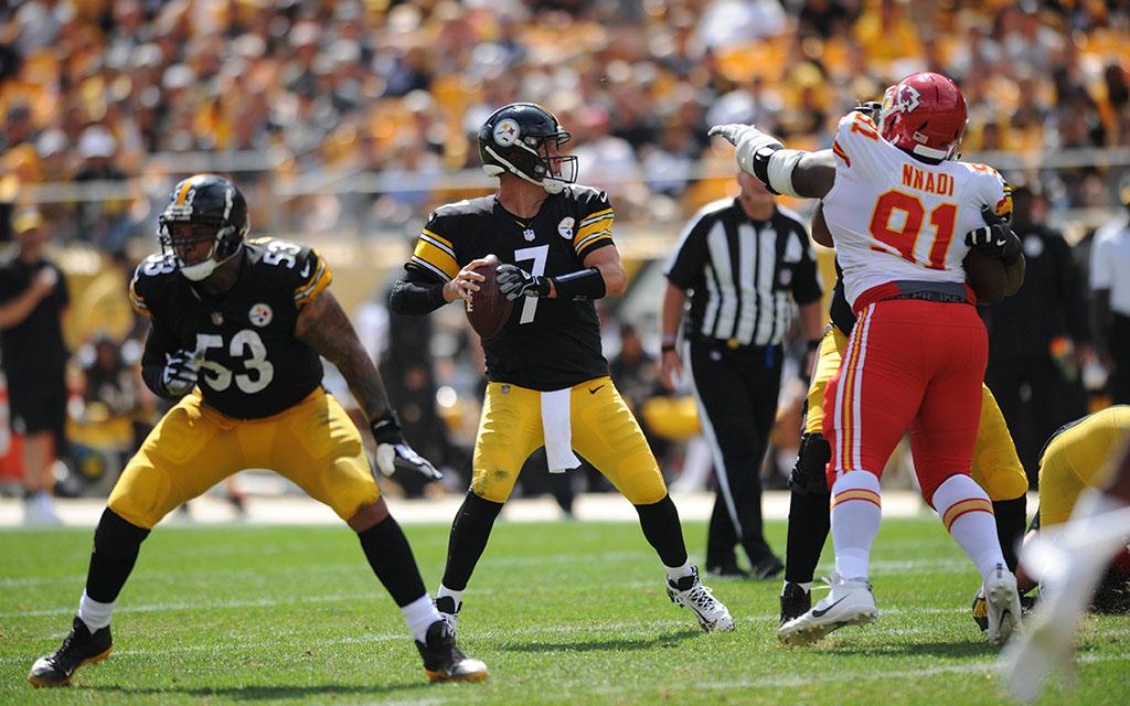 Steelers Quarterback Roethlisberger bei der Suche nach einem freien Mitspieler bei der Heimniederlage gegen Kansas City