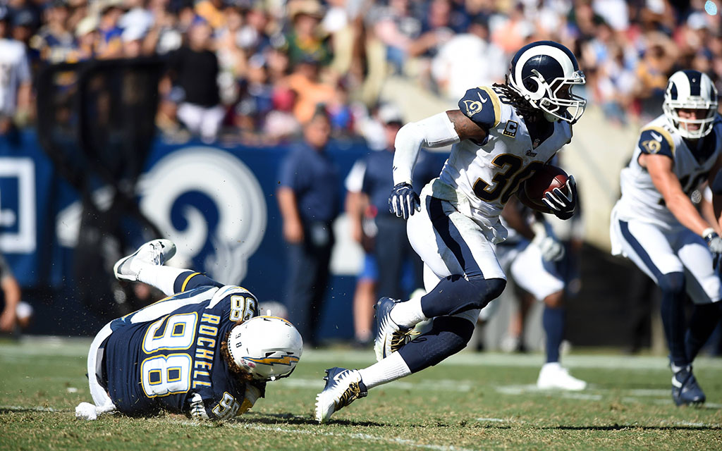 Rams Running Back Gurley (r.) mit dem gewonnen Duell gegen Verteidiger Rochell (l.)