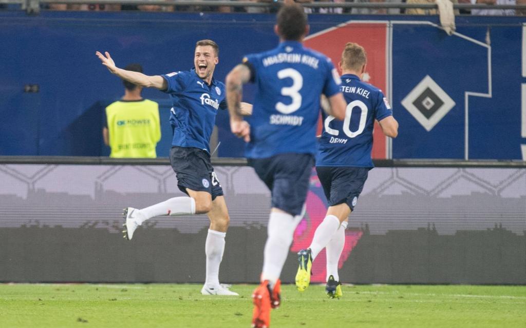 Kiel feiert den 3:0-Auswärtssieg beim HSV.