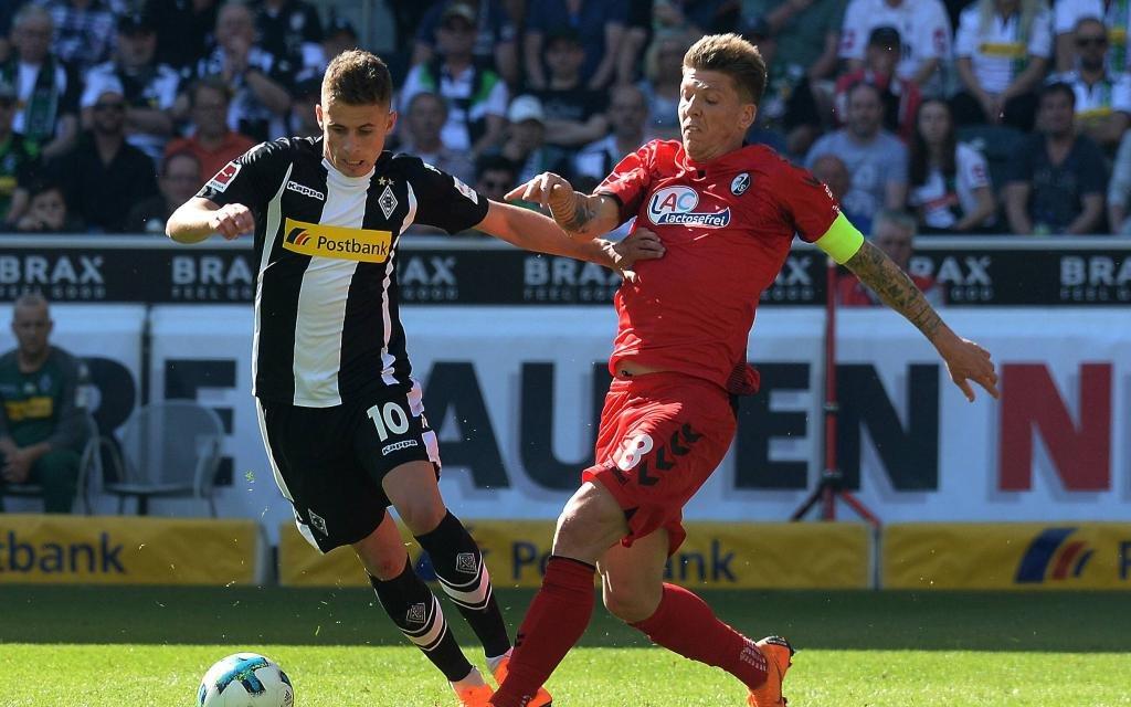 Thorgan Hazard im Zweikampf mit Mike Frantz beim 3:1 Heimsieg gegen Freiburg.