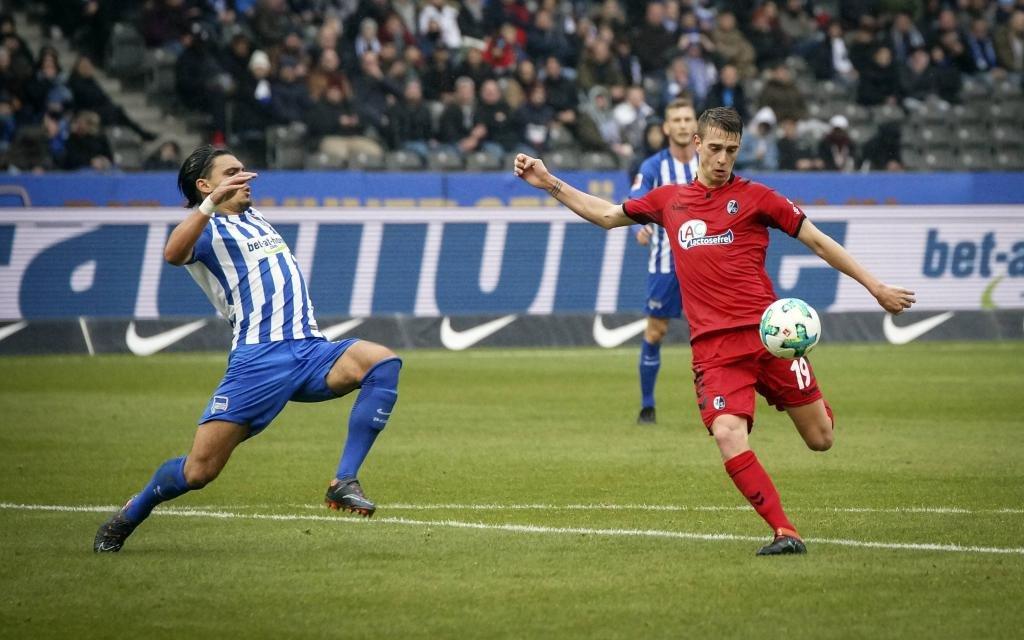 Janik Haberer beim Torschuss im Ligaspiel Hertha BSC Berlin - SC Freiburg.