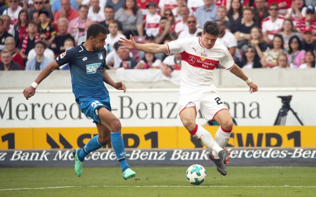 Mario Gomez und Kevin Akpoguma im Spiel VfB Stuttgart - TSG Hoffenheim.