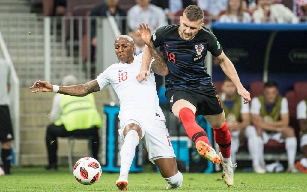 Ashley Young im Zweikampf mit Ante Rebic im WM-Spiel Kroatien - England.