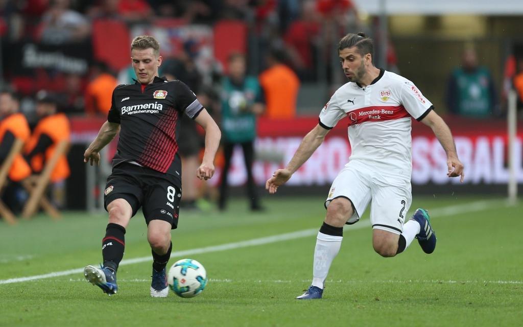 Lars Bender (Leverkusen) und Emiliano Insua (Stuttgart) im Laufduell Saison 2017/18.