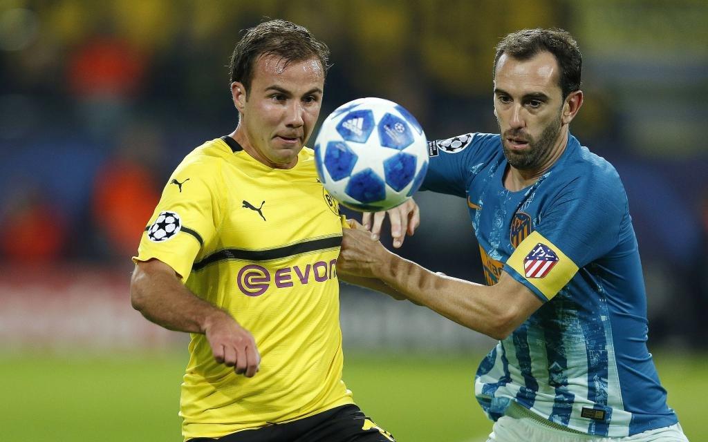 Mario Götze gegen Diego Godin im Gruppenspiel Borussia Dortmund - Atletico Madrid. Saison 2018/19.