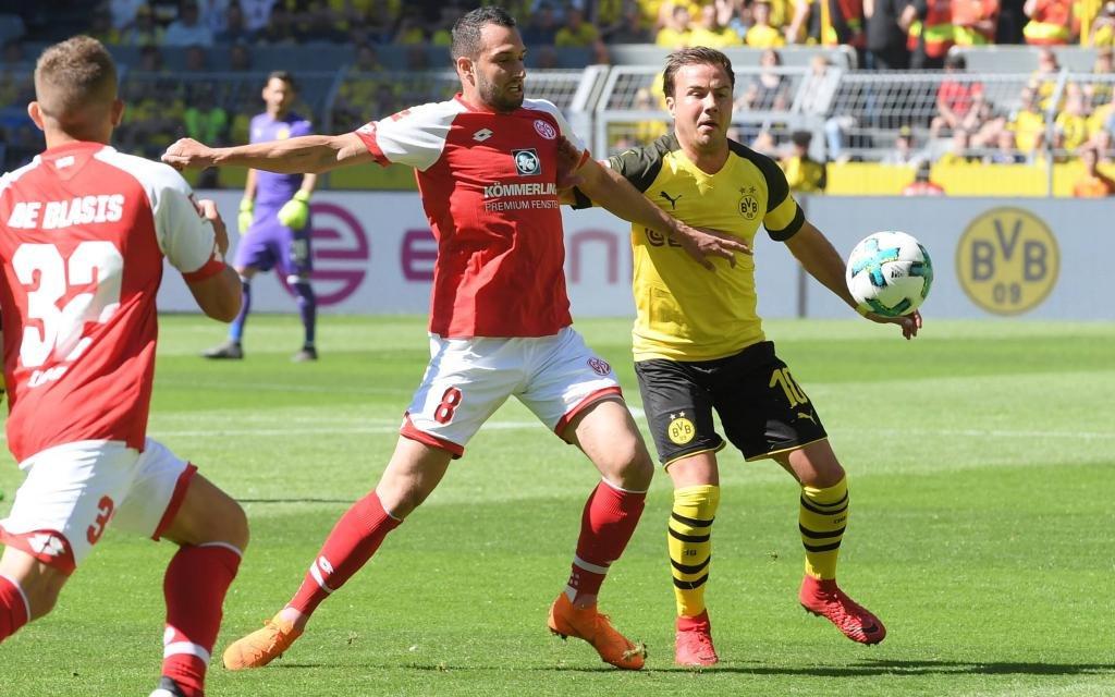 Mario Götze (Borussia Dortmund), re., gegen Levin Oeztunali, Levin Öztunali (Mainz 05) in der Saison 2017/18.