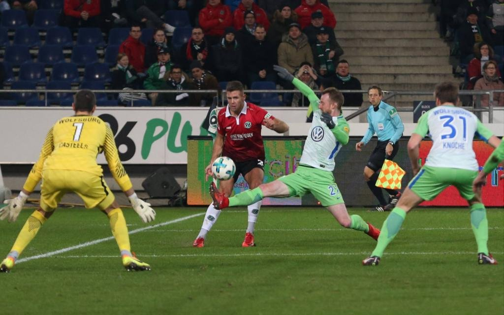 Niclas Füllkrug gegen Maximilian Arnold im Spiel Hannover 96 - VfL Wolfsburg Saison 2017/18