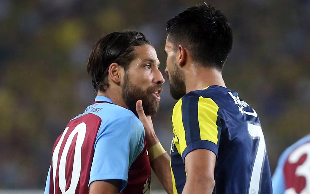 Fühlt nachsichtig den Puls seines Kollegen: Alper Potuk und Olcay Sahan. Alles Süper?