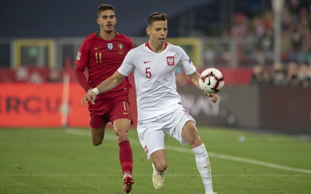 Jan Bednarek führt den Ball im Spiel Polen - Portugal in der Nations League.