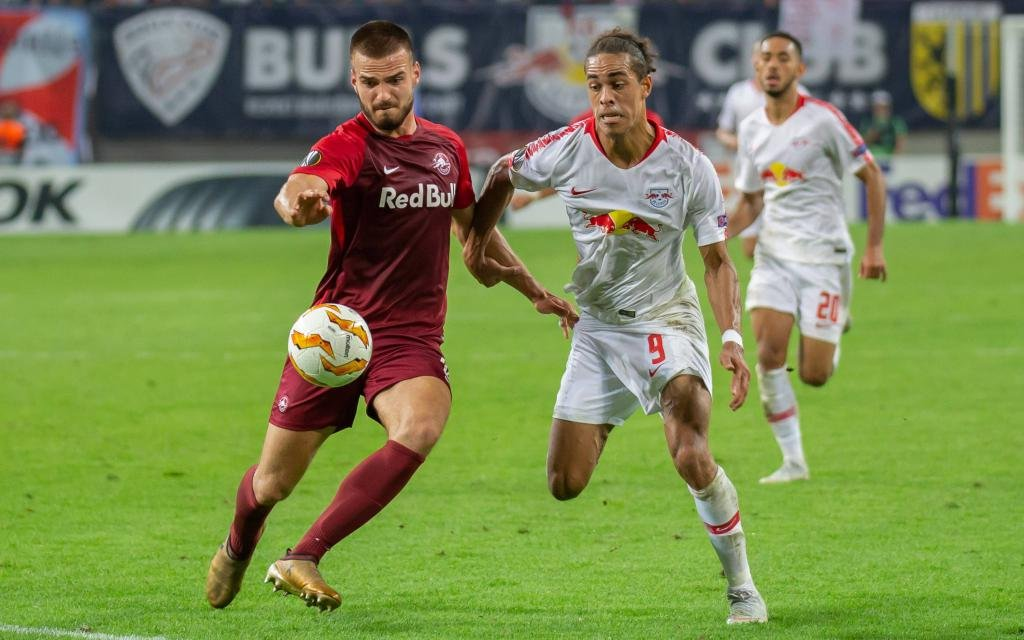 Marin Pongracic (Salzburg, 34), Yussuf Poulsen (RB Leipzig, 9); im Zweikampf im Europa-League-Hinspiel RB Leipzig - FC Salzburg.
