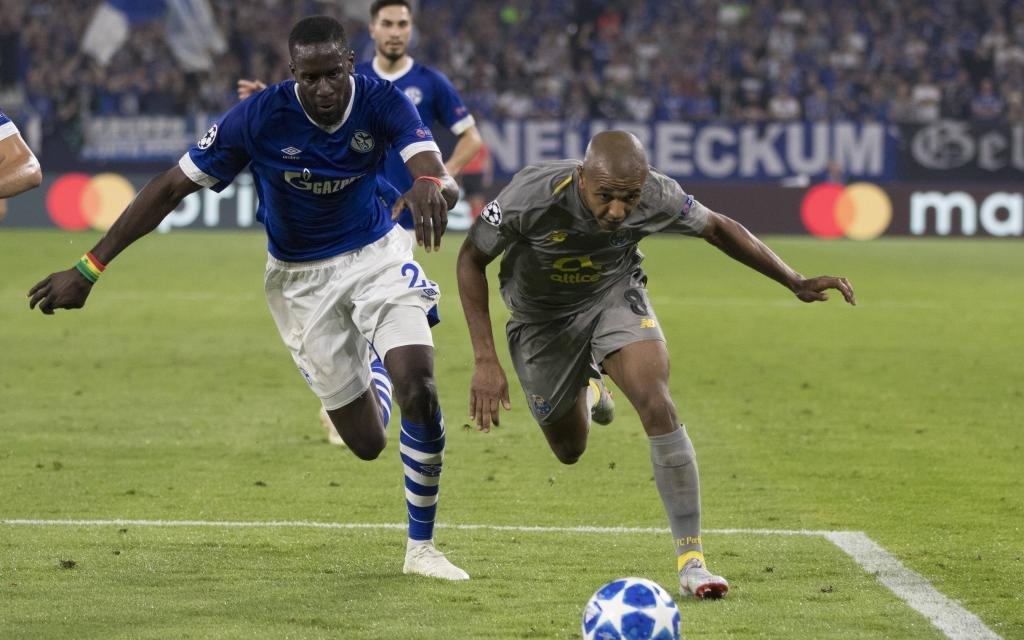 Salif Sane vom FC Schalke im Zweikampf mit Brahimi vom FC Porto.