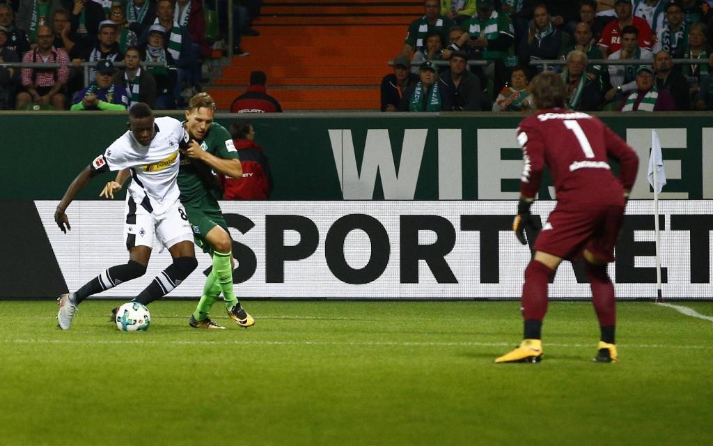 Denis Zakaria im Zweikampf mit Ludwig Augustinsson im Spiel Werder Bremen - Borussia Mönchengladbach Saison 2017/18