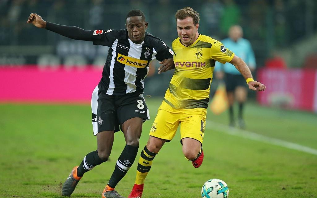 Denis Zakaria Lako Lado (Gladbach) gegen Mario Götze (Dortmund) in der Saison 2017/18.