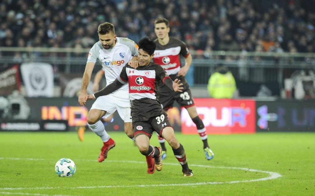 Lukas Hinterseer (Nr. 16, VfL Bochum) und Yiyoung Park (Nr. 39, FC St. Pauli) im Zweikampf im Ligaspiel FC St. Pauli - VfL Bochum.