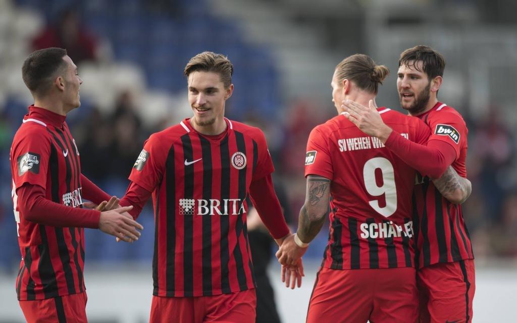 Manuel Schaeffler (SV Wehen Wiesbaden) Torjubel mit Jeremias Lorch, Soeren Reddemann und Niklas Dams (von links).
