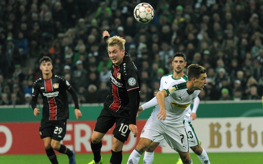 Julian Brandt und Patrick Herrmann beim Zweikampf im Pokalspiel Borussia Mönchengladbach - Bayer Leverkusen.