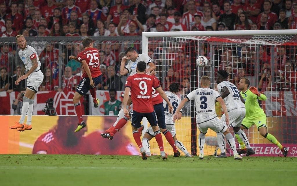 Thomas Müller beim Kopfball im Bundesliga-Hinspiel der Bayern gegen Hoffenheim Saison 2018/19.