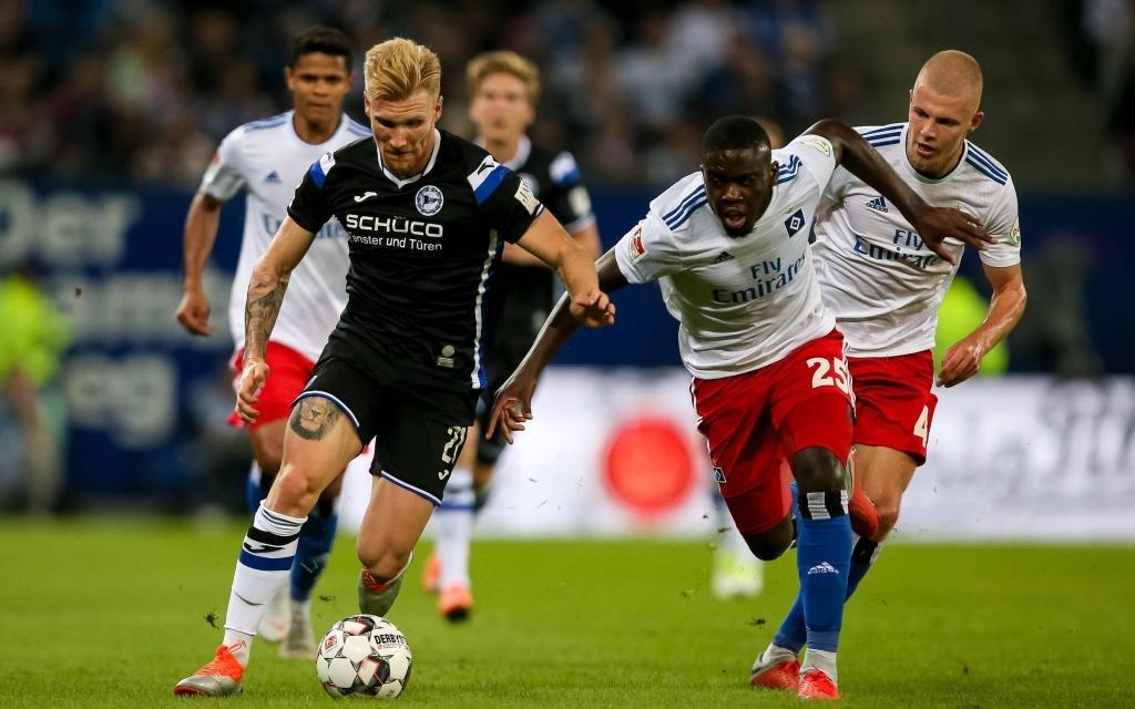 Andreas Voglsammer (Arminia Bielefeld, 21), Orel Mangala (Hamburger SV, 25), Rick van Drongelen (Hamburger SV, 4) am 3. Spieltag der Saison 2018/19 HSV - Arminia.