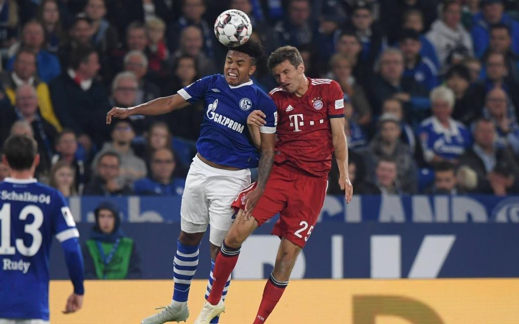 4. Spieltag, FC Schalke 04 - FC Bayern Muenchen 0:2, v.li., Weston McKennie (Schalke 04), Thomas Mueller, Thomas Müller (Bayern Muenchen)