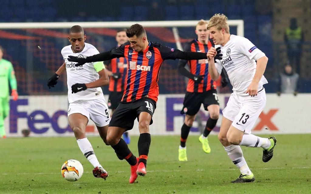 Junior Moraes (2nd R) von FC Shakhtar Donetsk im Zweikampf mit Gelson Fernandes (L) und Martin Hinteregger (R)