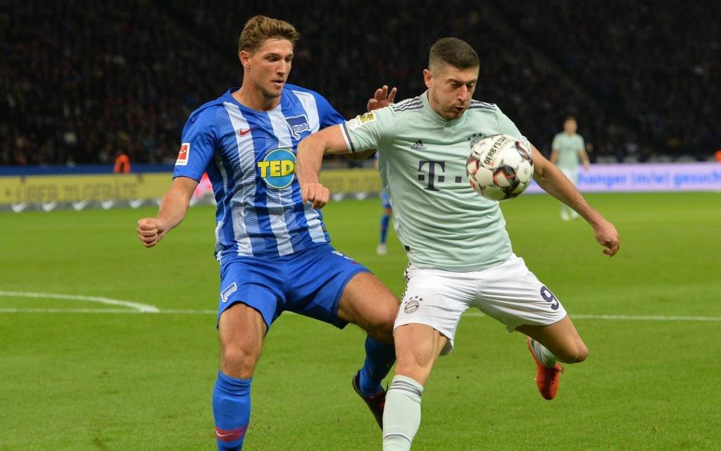 Niklas STARK (B), Robert LEWANDOWSKI (M), Zweikampf, Aktion, Fussball 1. Bundesliga, 6. Spieltag, Hertha BSC Berlin (B) - FC Bayern Muenchen (M) 2:0