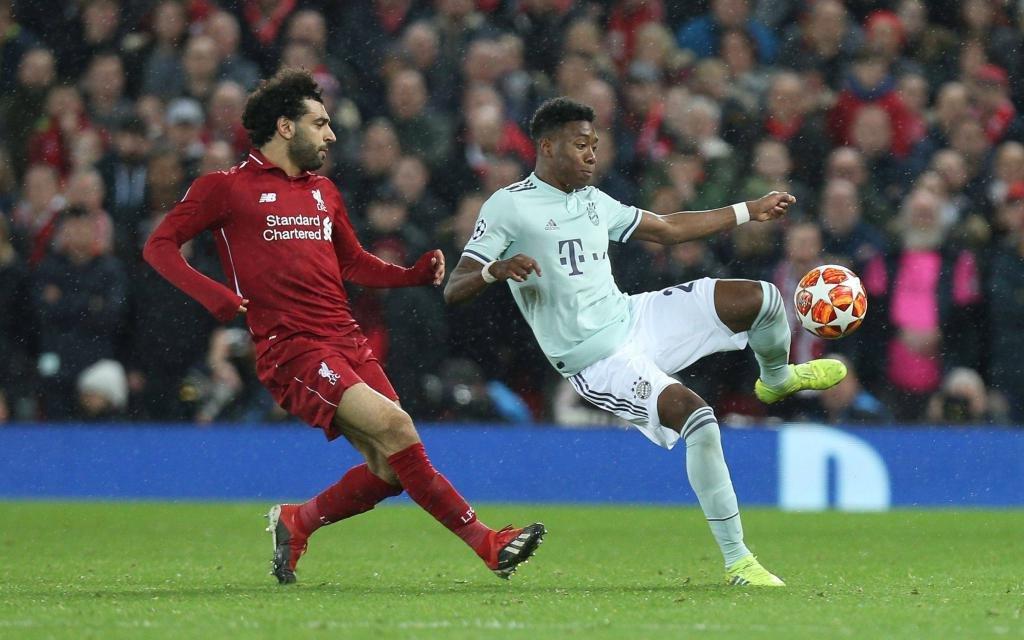 David Alaba im Zweikampf mit Mo Salah im Achtelfinal-Hinspiel der Champions League 2018/19 zwischen dem FC Liverpool und Bayern München.