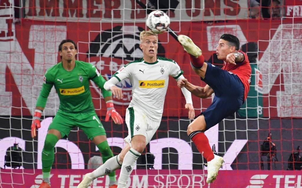 Torchance,Seitfallzieher James RODRIGUEZ (Bayern Muenchen),Aktion,Zweikampf gegen Oscar WENDT (Borussia Moenchengladbach)