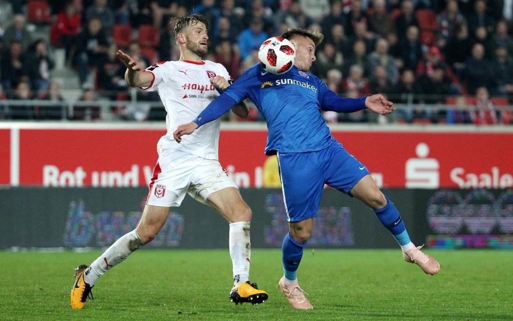 Jan Washausen (Halle) gegen Mirnes Pepic (Rostock) im Spiel Hallescher FC - Hansa Rostock Saison 2018/19.