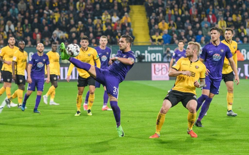 Ex-Dynamo Pascal Testroet (links) neben Dresdens Brian Hamalainen (rechts); SG Dynamo Dresden - FC Erzgebirge Aue