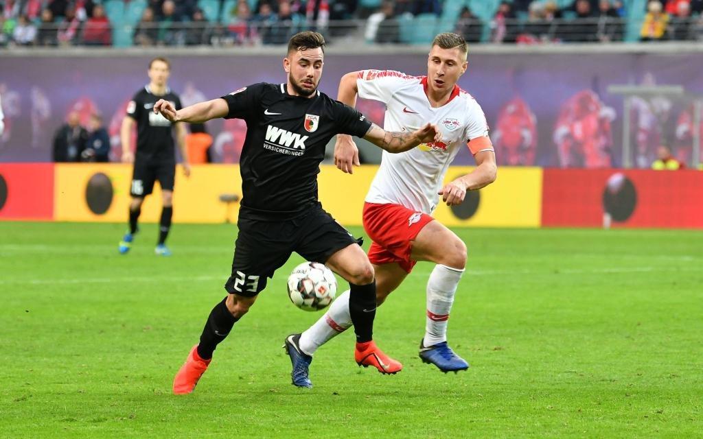l-r: im Zweikampf, Aktion, mit Marco Richter 23 (FC Augsburg) und Willi Orban 4 (RB Leipzig)