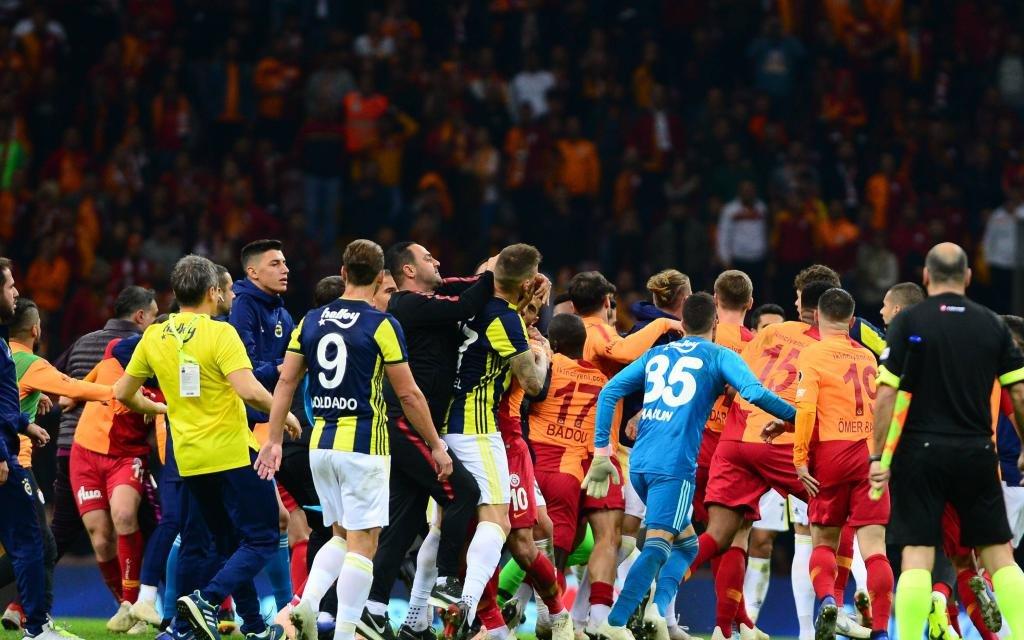 Beim 2:2 im Hinspiel zwischen Galatasaray und Fenerbahce folgen hinterher die Fäuste