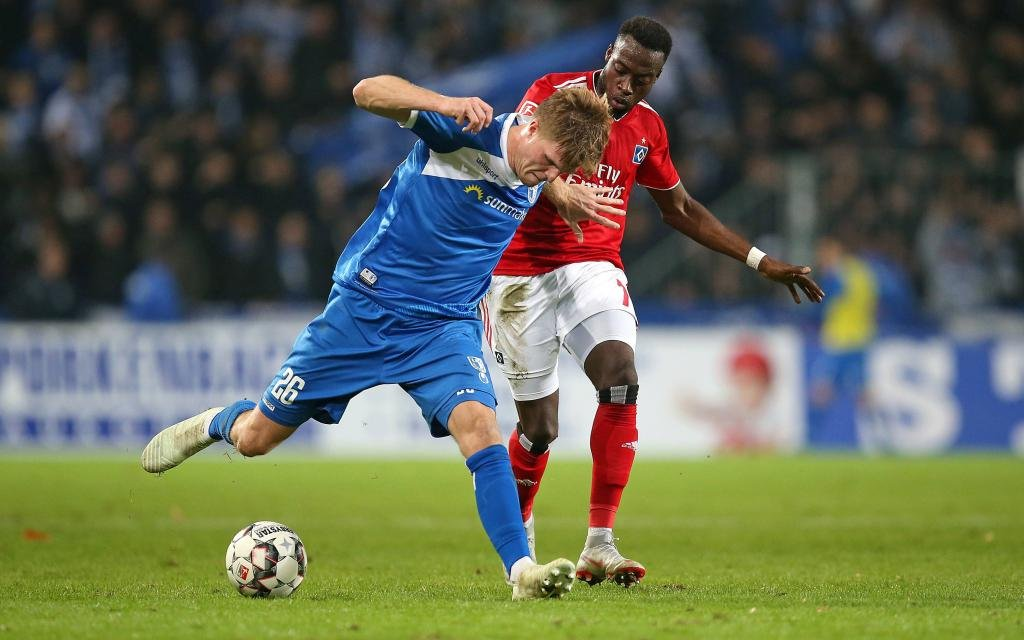 Magdeburg, Germany, 26.10.2018, 2. Bundesliga 11. Spieltag, 1. FC Magdeburg - Hamburger SV, Marius Buelter (1. FC Magdeburg) und Khaled Narey (Hamburg) im Zweikampf