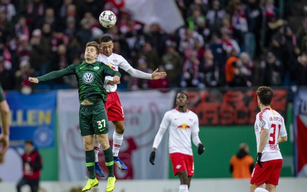 Fussball, DFB-Pokal (Herren) - Saison 2018-2019 - RB Leipzig und VfL Wolfsburg Tyler Adams 14 (RB Leipzig) im Kopfballduell mit Elvis Rexhbecaj 37 (VfL Wolfsburg)