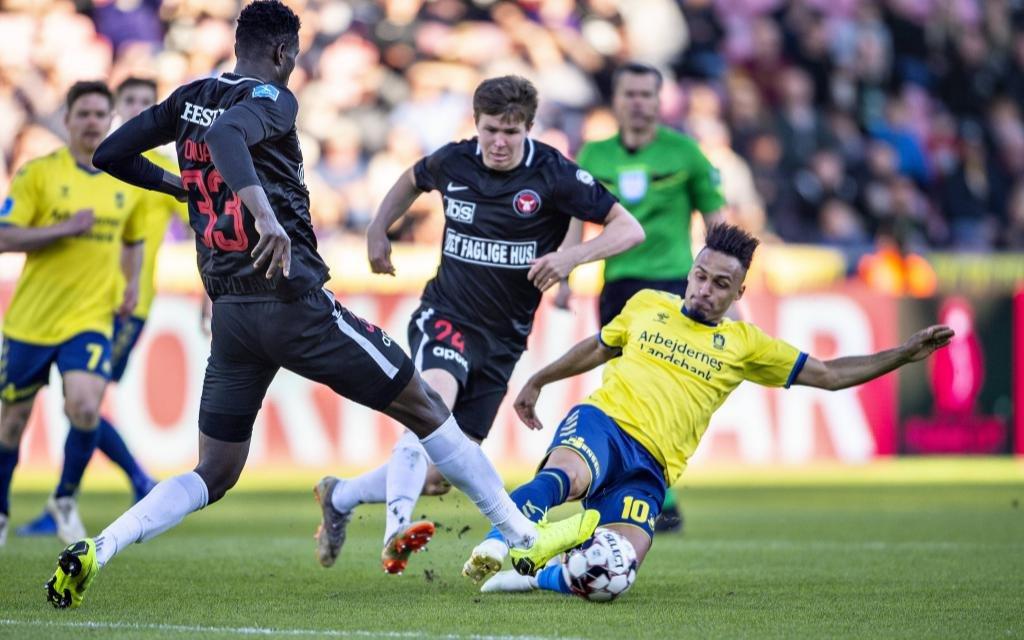 FC Midtjyllands Paul Onoachu blockt Broendbys Hany Mukhtar