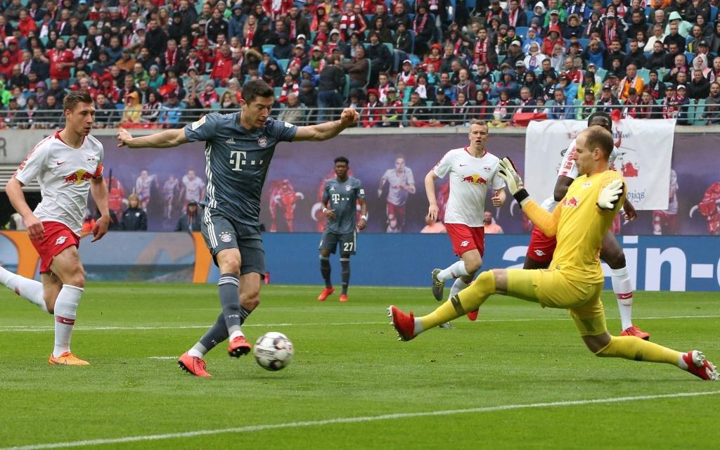 Robert Lewandowski, Torwart Peter Gulacsi / Aktion / Spielszene / Zweikampf / / Fußball Fussball erste 1.Bundesliga / Saison 2018/2019 / 11.05.2019 / RB Leipzig RBL vs. FC Bayern München FCB