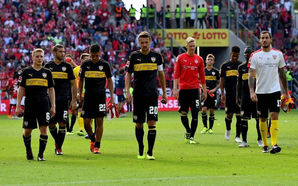 FSV Mainz 05 - VfB Stuttgart emspor, azspor, mzspor, v.l. Christian Gentner (VfB Stuttgart) und Spieler VfB Stuttgart enttaeuscht, enttaeuscht schauend