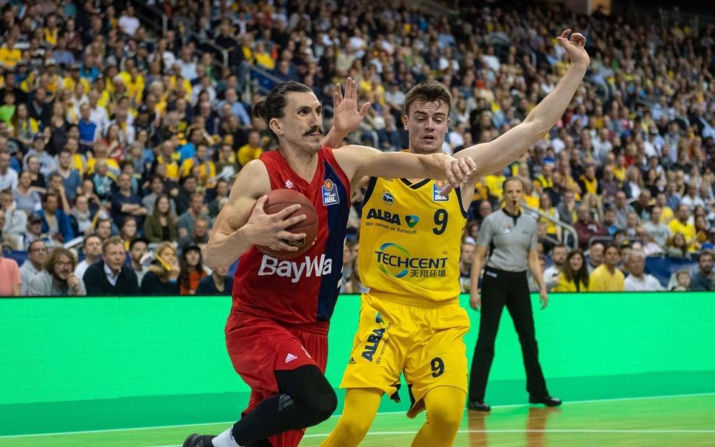 München Djedovic beim Abschluss gegen Mattisseck (ALBA Berlin)