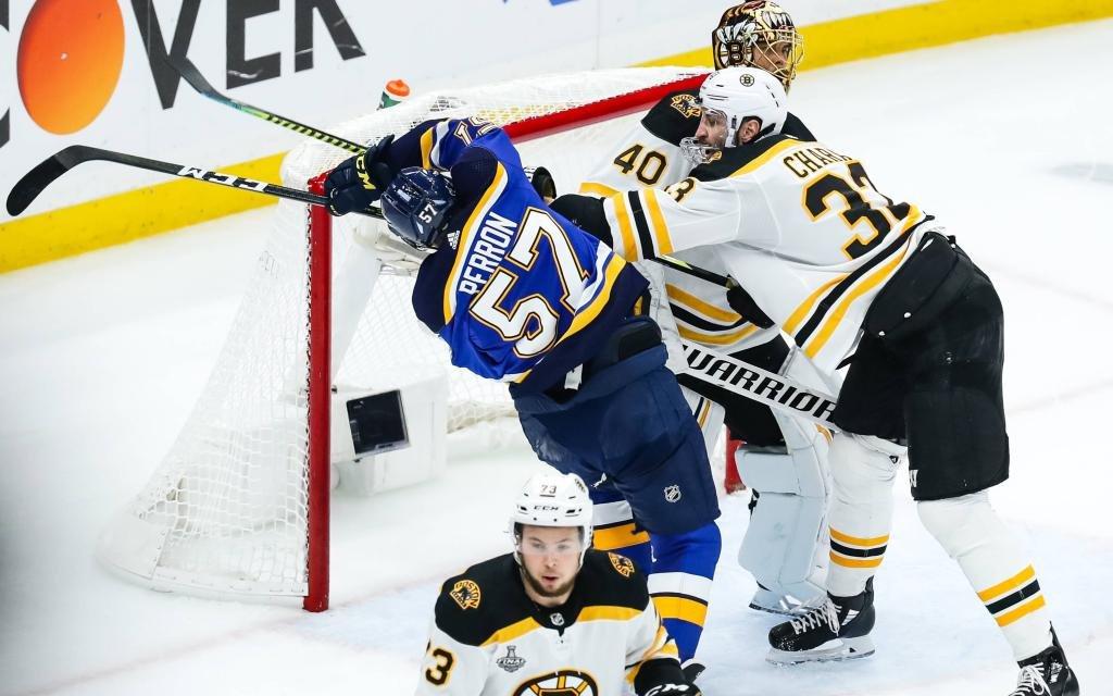 Im Spiel 6 gehts zwischen Boston Bruins Verteidiger Zdeno Chara (32) und Blues Stürmer David Perron (57) mächtig zur Sache.