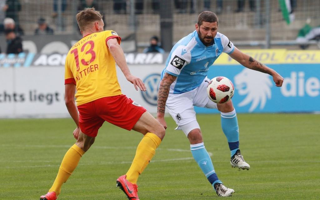 Sascha Mölders (re.) (TSV 1860 München) gegen Ole Kittner (Münster) / Fussball / 3. Liga / Grünwalderstadion / 13.04.2019