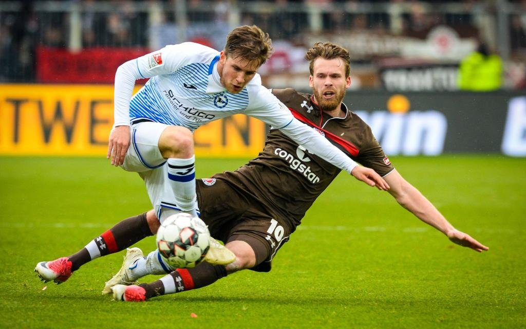 FC St. Pauli vs. DSC Arminia Bielefeld, Fussball, 2. Bundesliga, 14.04.19 Patrick Weihrauch (Nr. 7, DSC Arminia Bielefeld) gegen Christopher Buchtmann (Nr. 10, FC St. Pauli)